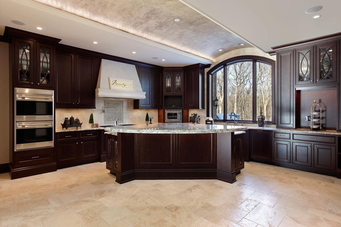 Luksusowe brązowe drewniane meble kuchenne na wymiar - kuchnia dębowa z białą wyspą.