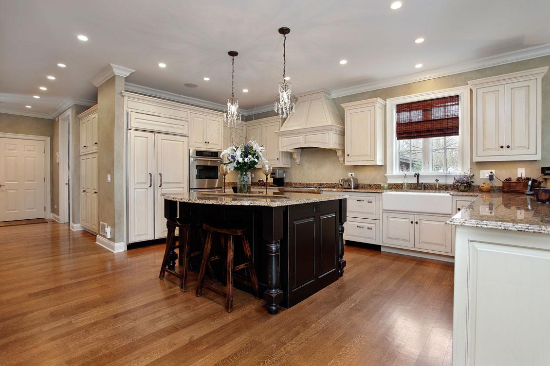 Luksusowa duża kuchnia biała i brązowa - drewniane meble kuchenne na wymiar.